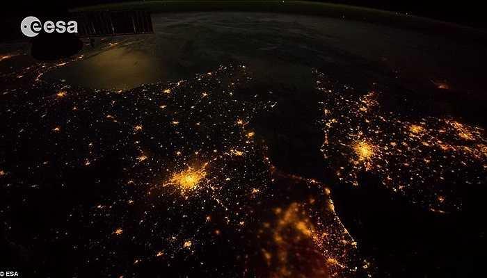 Nhìn từ ngoài vệ tinh, những đốm sáng là ánh điện từ các thành phố lớn khi đêm xuống. Ảnh chụp ở vị trí cách bề mặt 200 dặm.