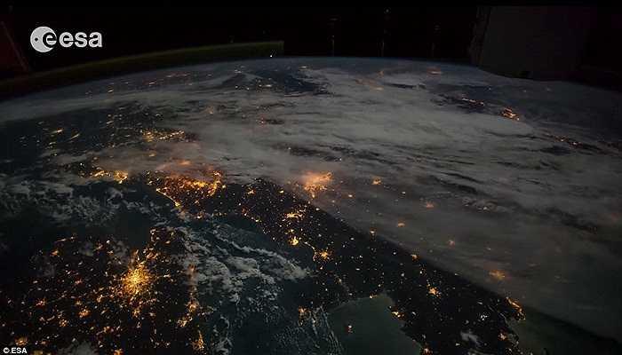 góc nhìn khác về ánh sáng từ Trái Đất. Đây là vị trí ngay bên dưới trạm vũ trụ