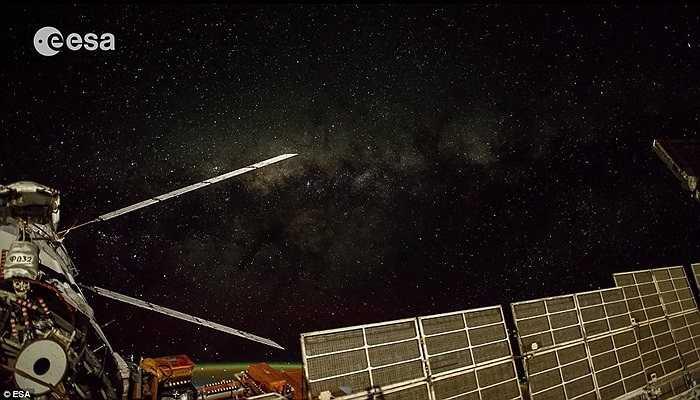 Đây là hình ảnh thực tế của Dải Ngân hà nơi rất khó có thể chụp được toàn cảnh. Các nhà nhiếp ảnh đã phải ở lại trên trạm hơn 160 ngày để tìm kiếm những bức hình đẹp