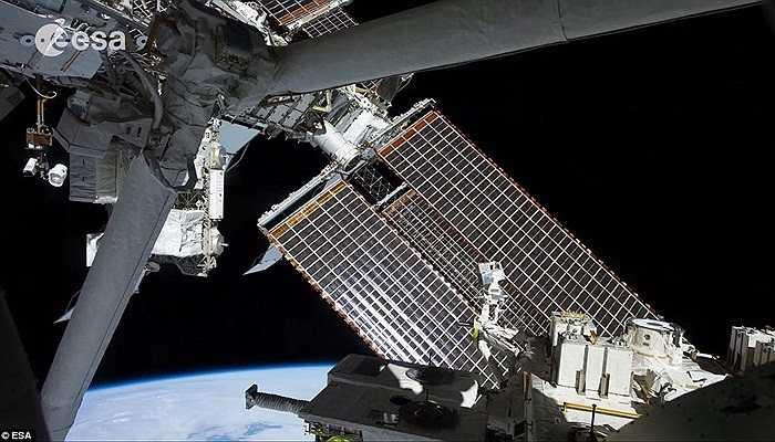 Hình ảnh thực tế trạm vũ trụ. Có 3 phi hành gia ở tại đây với 3 quốc tịch khác nhau, trong đó có tác giả của bộ hình