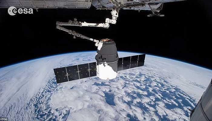 Vệ tinh đang trong quỹ đạo hoạt động bên ngoài Trái đất