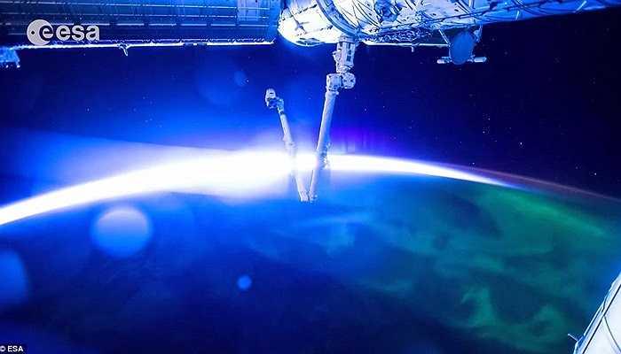 Hình ảnh mặt trời mọc trên bề mặt hành tinh xanh. Ánh sáng đang dần lan rộng ra các khu vực tạo ra một cảnh tượng huyền ảo.