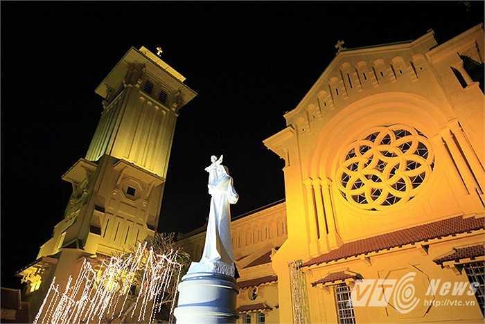 Ngay từ chập tối 24/12 các nhà thờ đã được trang hoàng với ánh đèn rực rỡ, lung linh nhiều màu sắc trên những cây thông Noel, ông sao, hang đá…