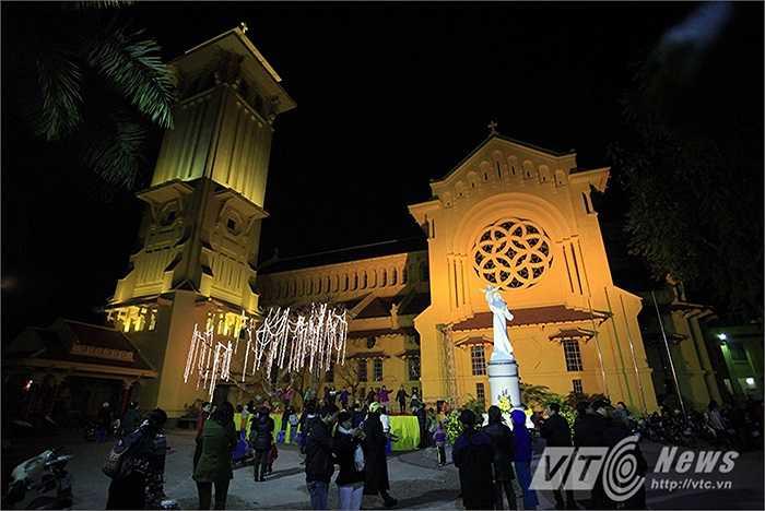 Rất nhiều giáo dân đã có mặt tại nhà thờ Cửa Bắc từ sớm để chuẩn bị cho buổi Thánh lễ.