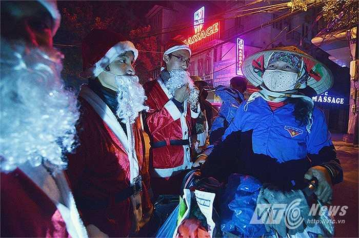 Ngày lễ Giáng sinh mang ý nghĩa an lành, hạnh phúc cho mọi người, mọi nhà. Xuất phát từ ý tưởng đó, một nhóm bạn trẻ đã đóng vai ông già Noel, cùng nhau ra đường và tặng những món quà tuy nhỏ nhưng ý nghĩa cho những người lao động nghèo.