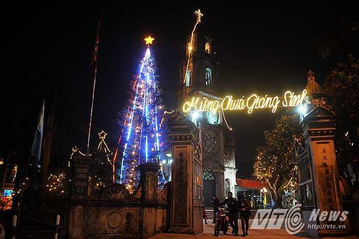 Nhà thờ Phùng Khoang cũng đã khoác lên cho mình một tấm áo mới, trang hoàng hơn, lộng lẫy hơn để mùa Giáng sinh và năm mới an lành.