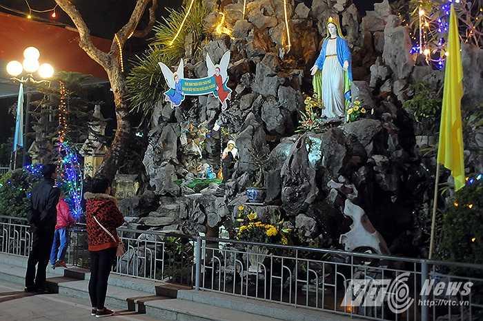 Chị Tuyết Mai (Thanh Xuân, Hà Nội) cùng gia đình đến chiêm ngưỡng và cầu nguyện bên hang đá trong sân nhà thờ Phùng Khoang.