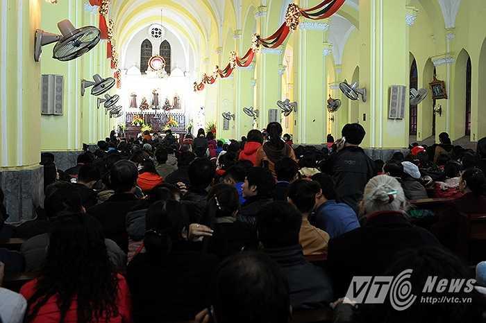 Không khí trước buổi Thánh lễ trong nhà thờ Hàm Long.