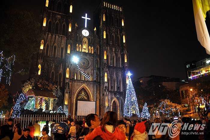 Nhà thờ Lớn, nơi được xem là địa điểm đáng đến nhất trong đêm Noel ở Hà Nội ngay từ 6 giờ chiều đã có rất nhiều người đổ về đây đón mừng lễ Giáng sinh.