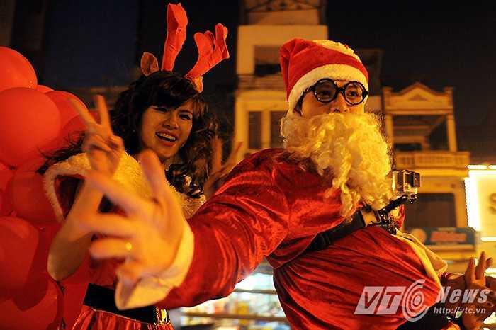 Nét văn hóa độc đáo của đêm Giáng sinh đã trở thành điểm hấp dẫn đối với cả những người không theo đạo Thiên Chúa giáo, đặc biệt là với giới trẻ. Đây cũng là dịp để các bạn ra đường, cùng nhau tham gia vào các hoạt động vui chơi, giải trí tại các con phố trung tâm của Hà Nội.