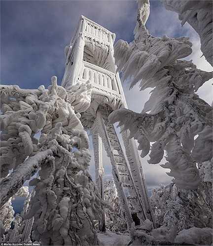 Tòa tháp đông cứng trong băng giá ở núi Dinaric Alps, Slovenia