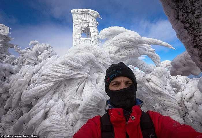 Nhiếp ảnh gia Marko Korosec chụp ảnh trong khung cảnh băng giá