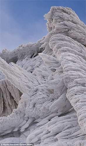 Những nhũ băng mọc theo gió lạnh trong vùng núi giá rét