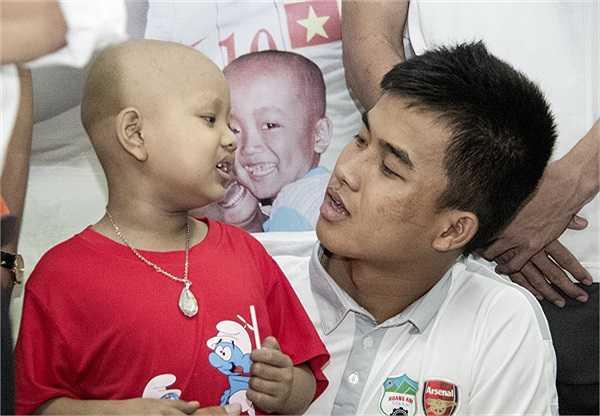 Thủ môn Nguyễn Văn Tiến cùng đồng đội tới thăm các trẻ em bị ung thư