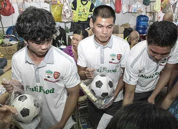 Các cầu thủ tới từng phòng tặng quà cho các bệnh nhi.