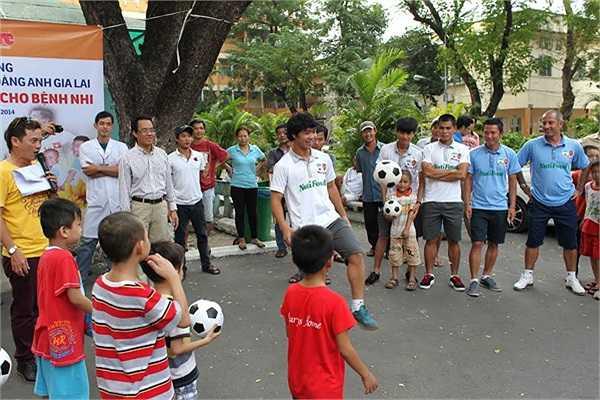 Trước sự hò reo, cổ vũ của các em nhỏ, những ngôi sao bóng đá của HAGL thực hiện một số các kỹ năng tâng bóng, chuyền bóng...