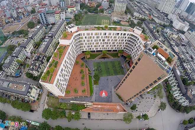 Ngôi trường Marie Curie được xây dựng trong 2 năm với diện tích lên đến 9000 m2. Trường có hai cơ sở tại Trần Quốc Toản và Mỹ Đình. Trong đó cơ sở Mỹ Đình mới đi vào hoạt động từ tháng 7/2014. Marie Curie được bình chọn là trường học trong mơ khi giống bộ phim Hàn Quốc có tên 'Những người thừa kế' từng gây sốt tại Việt Nam.