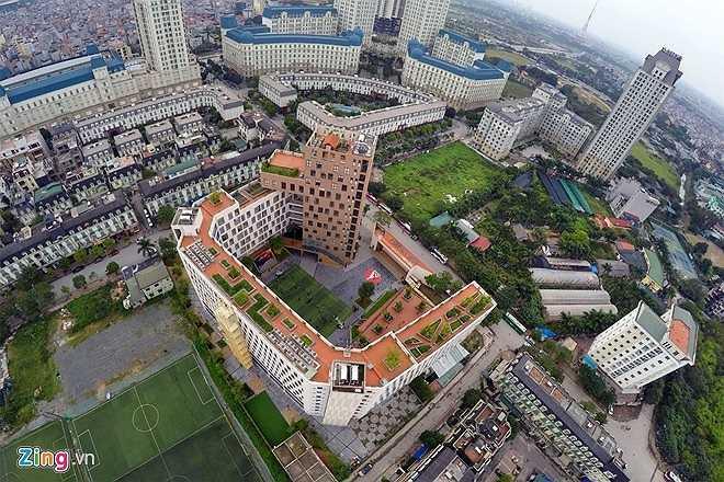 Trường được xây dựng theo phong các châu Âu hiện đại. Một trong hai kiến trúc sư trưởng của công trình này là con trai hiệu trưởng Nguyễn Xuân Khang. Nhìn từ trên cao, ngôi trường nổi bật giữa khu đô thị Mỹ Đình.