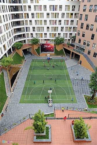 Sân bóng là nơi vui chơi, thư giãn được yêu thích của học sinh sau giờ học tập.