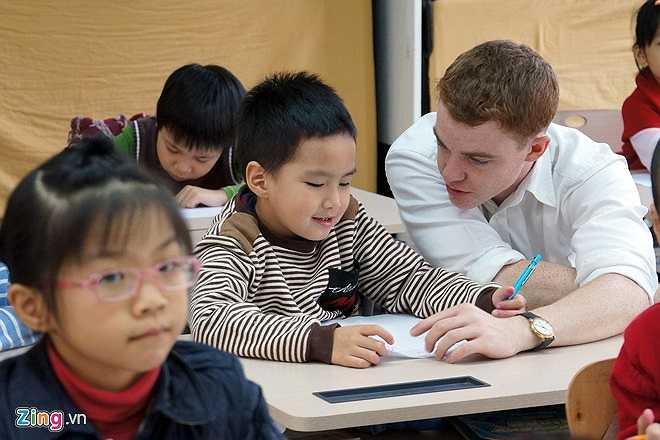 Giờ tiếng Anh với giáo viên nước ngoài của học sinh lớp 1 khối tiểu học.