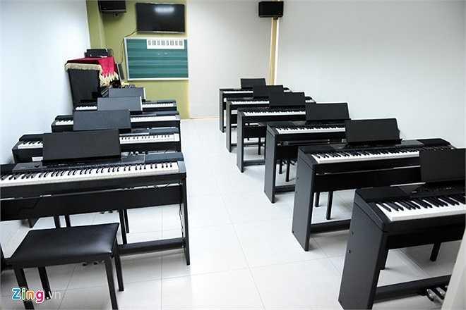 Lớp học âm nhạc của trường được trang bị đầy đủ. Ngoài ra trường còn có hội trường lớn, phòng nghệ thuật, thư viện... là địa chỉ sinh hoạt văn hóa, văn nghệ hấp dẫn.