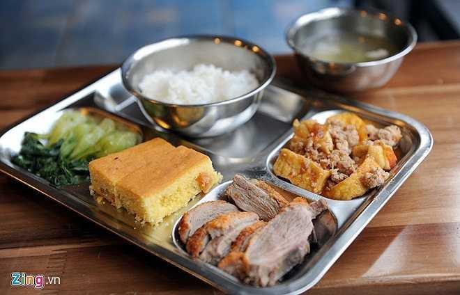 Một bữa ăn trưa của học sinh trường Marie Curie với đầy đủ dưỡng chất. Ngoài ra học sinh còn được điểm tâm sáng và ăn chiều.