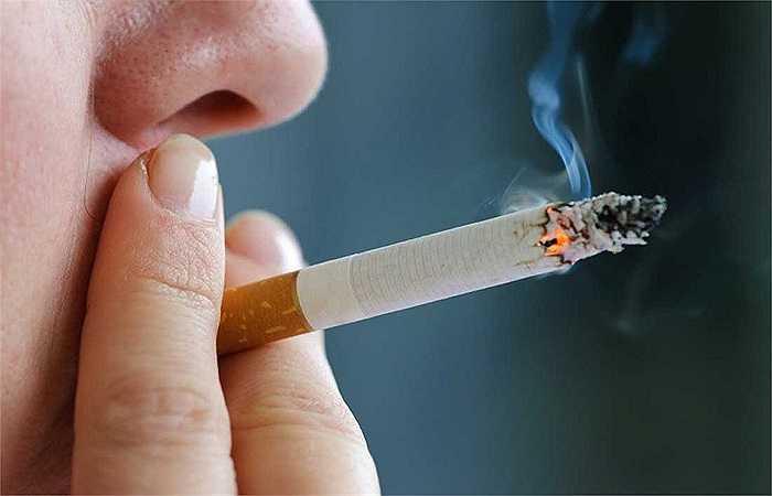 Hút thuốc lá: Giống như béo phì, có nhiều căn bệnh bắt nguồn từ thói quen hút thuốc lá. Chúng còn gây hại tới sức khỏe của những người xung quanh, đang ngồi gần và hít thở chung bầu không khí khi bạn hút thuốc. Một báo cáo do Hiệp hội y khoa Anh công bố cho thấy những người hút thuốc có tỷ lệ sinh sản thấp hơn từ 10% đến 40% so với những người bình thường.