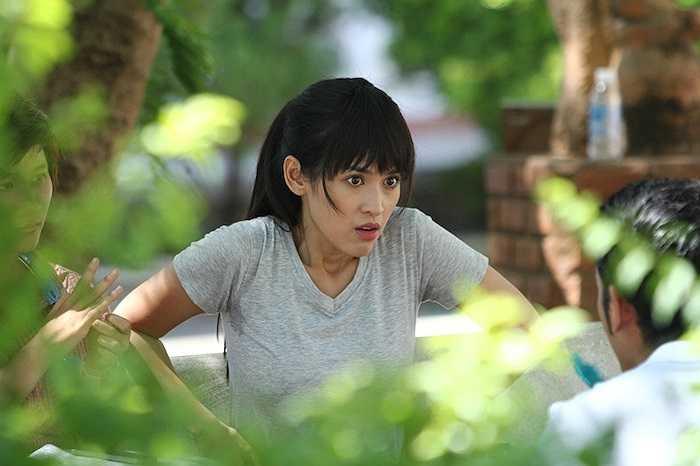 Hình ảnh hậu trường của bộ phim 'Đi qua mùa gió' vừa được chia sẻ với những khoảnh khắc 'khó đỡ' của Tú Vi.