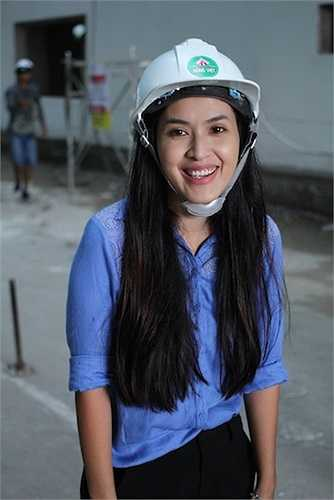 Tú Vi đã phải dốc toàn lực và luôn tỏ ra vui vẻ, mỉm cười khi thực hiện các cảnh quay.