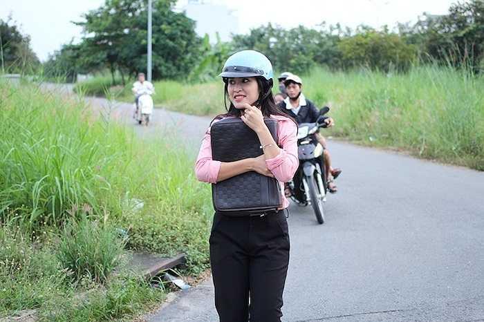 Cô vào vai Trang Nhung (nữ kỹ sư xây dựng), người yêu của Phạm Thành (do Quang Sự đóng) trong bộ phim Đi qua mùa gió, đang phát sóng lúc 19h45 mỗi ngày trên giờ vàng phim Việt SCTV14.