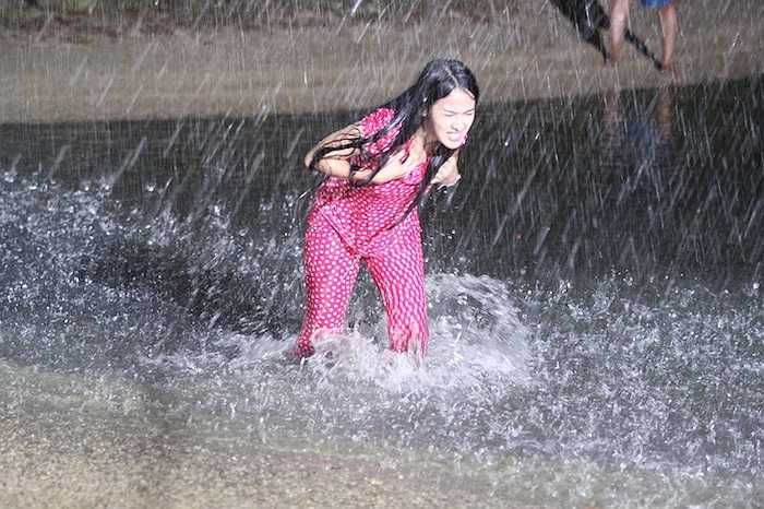 Cô phải dầm mưa tầm tã hay ngã từ trên vực thẳm.