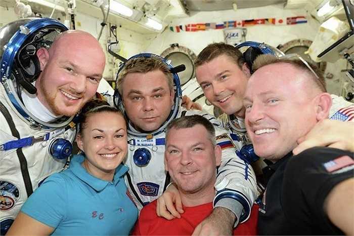 Elena Serova cùng nam phi hành gia Mỹ, Nga trên trạm vũ trụ quốc tế ISS