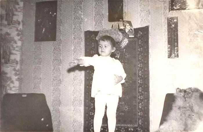 Elena Serova khi còn là một bé gái