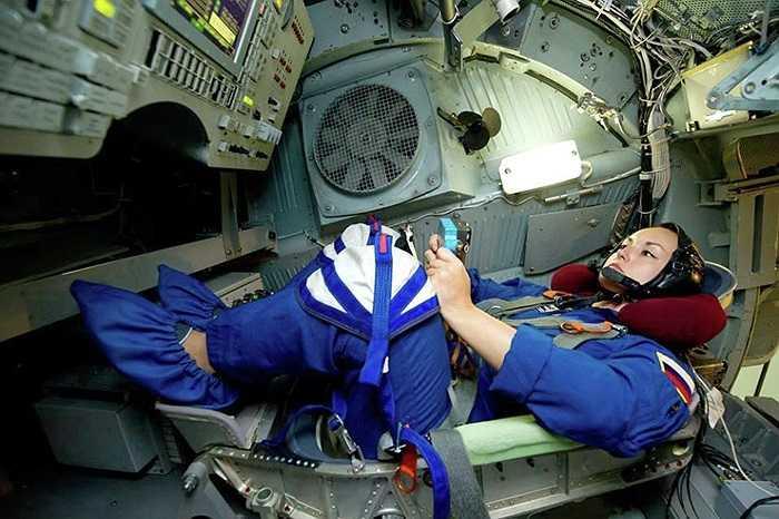 Elena Serova trong không gian giả lập trạm vũ trụ ISS