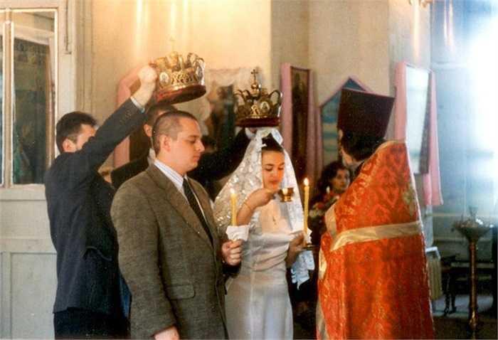 Elena Serova trong đám cưới với Mark Serov