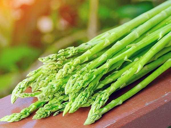 Măng tây: Trong măng tây có chứa nhiều kali giúp làm hạ huyết áp và axít amin như amides cùng một ít natri có công dụng chữa phù nề. Các nguyên tố này trong quá trình tiêu hóa cũng giúp chống mệt mỏi. Là loại thực phẩm có giá trị dinh dưỡng rất cao, măng tây chứa nhiều vitamin A, vitamin B tổng hợp, vitamin C, kali, phốt- pho, kẽm, xen-luy-lô thô, axít folic, giúp giảm cân và phòng ngừa bệnh tim.