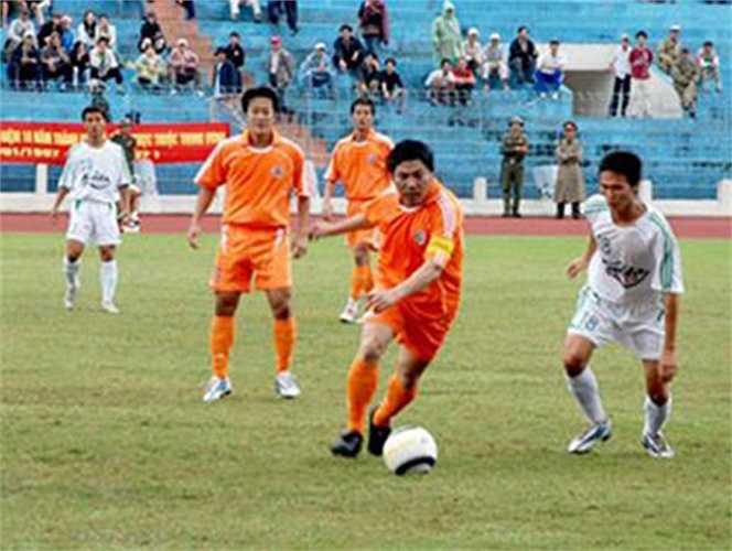 Ông Nguyễn Bá Thanh trực tiếp tham gia thi đấu bóng đá và quyên góp ủng hộ các nạn nhân cơn siêu bão Xangsane năm 2006 ở TP Đà Nẵng và tỉnh Quảng Nam.