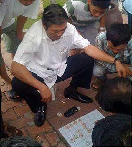 Ông Nguyễn Bá Thanh đánh cờ với người dân tại vỉa hè đường Bạch Đằng