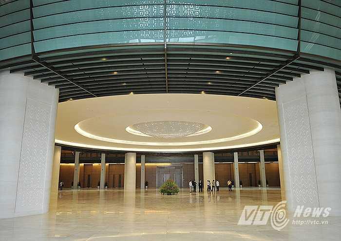 Với tổng diện tích 60.000 m2, được xây dựng trên nền tòa nhà Quốc Hội cũ, công trình cao 39m, với kiến trúc hình vuông, gồm 2 tầng hầm và 5 tầng nổi.