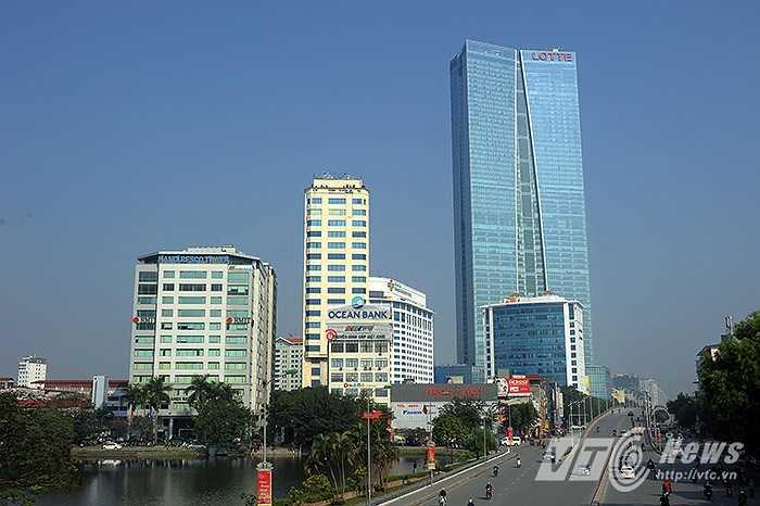Tòa nhà Lotte Hanoi Center, với hình dáng thiết kế dựa trên cảm hứng từ tà áo dài truyền thống của phụ nữ Việt Nam. Tòa nhà với 65 tầng (267m), đã trở thành công trình cao thứ nhì tại Việt Nam.