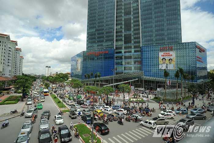 Với kiến trúc độc đáo, lại nằm ở vị trí đắc địa của Hà Nội, cùng với những dịch vụ văn phòng, khách sạn, căn hộ cho thuê, trung tâm thương mại và giải trí, Lotte Hanoi Center đã dần làm thay đổi diện mạo kiến trúc đô thị và kinh tế của thủ đô. (Ảnh: Việt Linh)