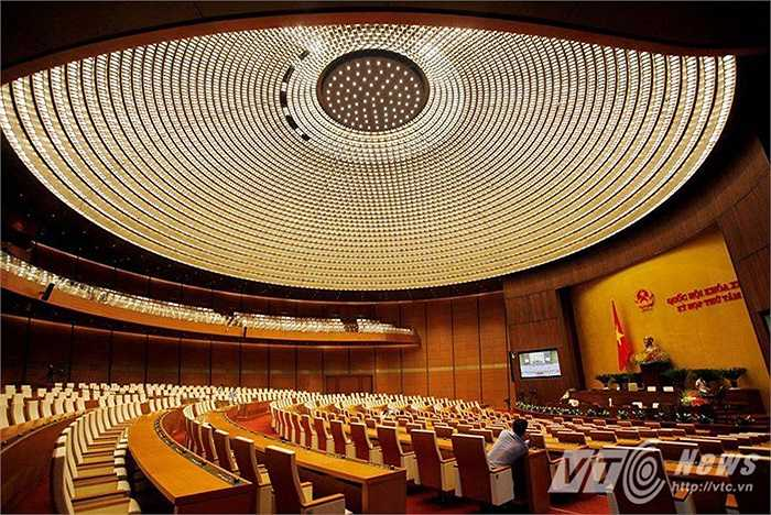 Tòa nhà có hơn 80 phòng họp lớn nhỏ, trong đó, phòng họp chính nằm ở trung tâm có hình tròn với sức chứa 600 người. Công trình được sử dụng ngay trong kỳ họp Quốc hội cuối tháng 10/2014.