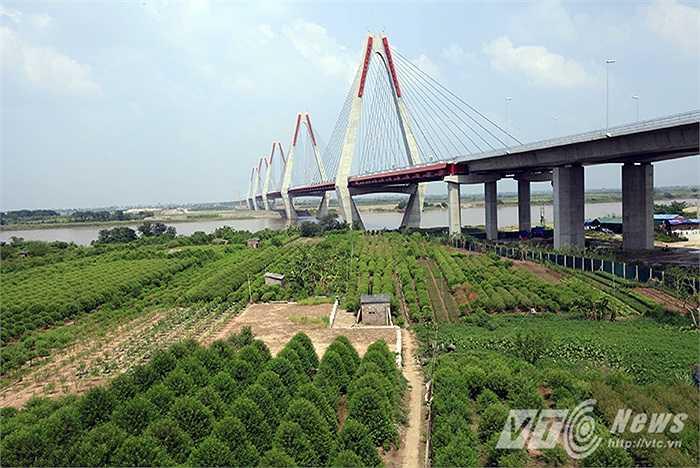 Cầu Nhật Tân: Cây cầu dây văng dài nhất Việt Nam. Cầu được khởi công từ năm 2009, là một trong những công trình trọng điểm của thủ đô Hà Nội.