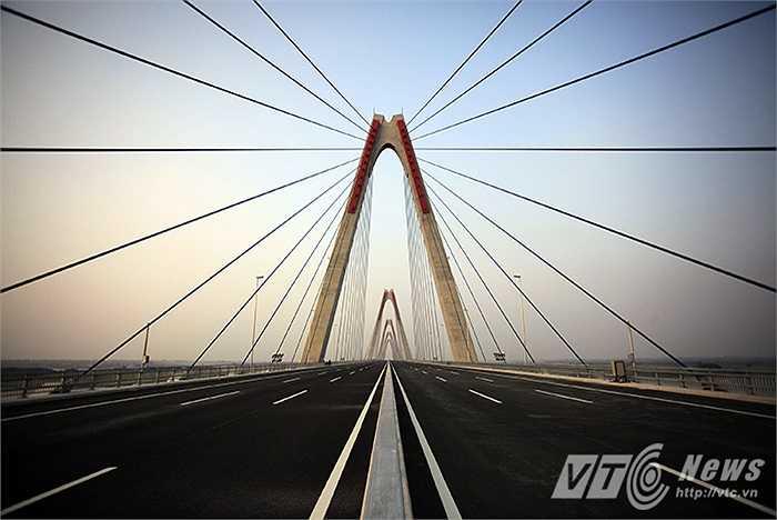 Cầu Nhật Tân nằm trên tuyến đường vành đai 2 của thành phố có tổng chiều dài 8,9km với điểm đầu tại khu vực phường Phú Thượng - quận Tây Hồ và điểm cuối tại nút giao với đường Nam Hồng thuộc huyện Đông Anh.