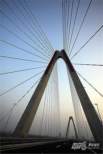 Cầu có tổng chiều dài 3.755m, mặt cắt ngang rộng 33,2m cho 8 làn xe và đường dẫn 2 đầu cầu có tổng chiều dài của là 5,18km.