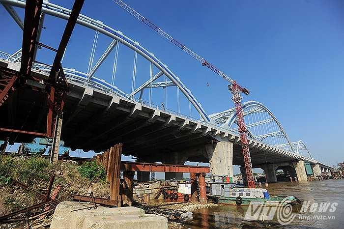 Cầu Đông Trù, cây cầu nối hai quận Long Biên và huyện Đông Anh được khởi công xây dựng từ năm 2006. Đây được coi là một trong 37 công trình trọng điểm của Hà Nội giai đoạn 2011-2015.