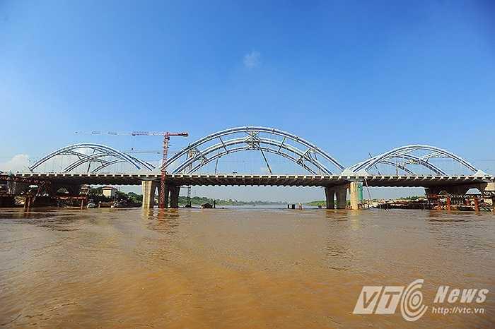 Cầu Đông Trù dài 1,1 km bắc qua sông Đuống, mặt cắt rộng 55 m với 8 làn xe. Cầu Đông Trù cùng với cầu Nhật Tân khi hoàn thành sẽ góp phần giải quyết tình hình giao thông cho khu vực phía Bắc thành phố.