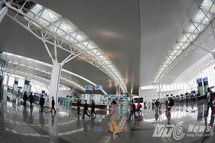 Nhà ga T2 Nội Bài có tổng vốn đầu tư lên đến 900 triệu USD, được coi là nhà ga sân bay lớn và hiện đại nhất Việt Nam, công suất dự kiến đạt 10-15 triệu hành khách/năm.