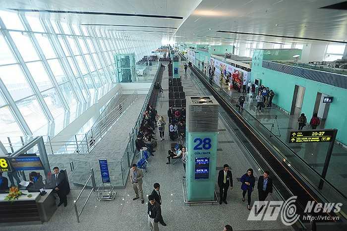 Dù chưa chính thức khánh thành nhưng ngay từ ngày 25/12 vừa qua, chuyến bay đầu tiên từ Hà Nội đi Singapore đã cất cánh thành công. Nhà ga T2 được xây dựng nhằm giải quyết tình trạng quá tải của nhà ga T1, tạo diện mạo mới cho sân bay quốc tế Nội Bài.