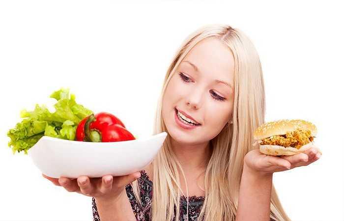 Tập thể dục khi bụng đói: Tập thể dục khi bụng quá đói sẽ khiến bạn hoa mắt, chóng mặt, dễ ngất xỉu. Bạn có thể ăn nhẹ trước khi tập kuyện nhưng lưu ý sau khi tập thể dục xong bạn cũng không ăn quá no, bởi như vậy sẽ không tốt cho dạ dày.